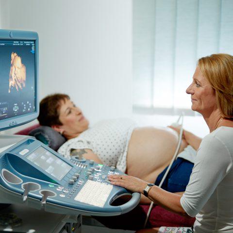 Constanze Gatzweiler am 3D-Ultraschallgerät, Schallkopf an Bauch einer schwangeren Frau